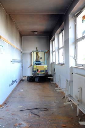 Bagger im Obergeschoss: Die Holzböden kommen zuerst raus.