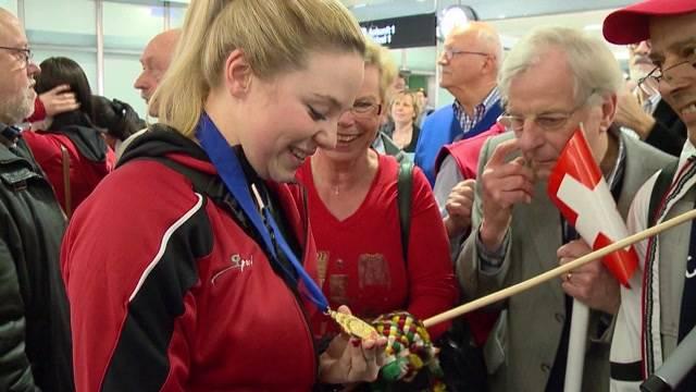 Warmer Empfang für Gold-Curlerinnen am Flughafen Zürich