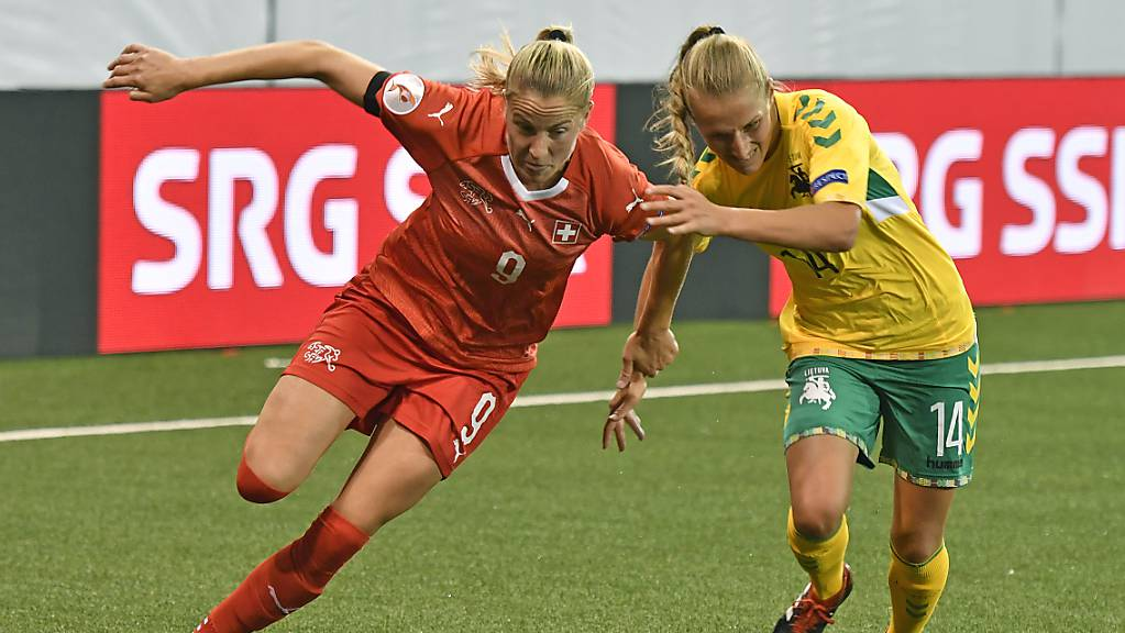 Ana-Maria Crnogorcevic trifft gegen Litauen vom Penaltypunkt.