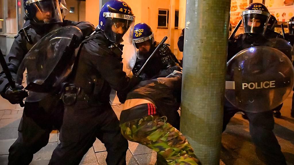 Polizeibeamte treffen auf Demonstranten während des «Kill The Bill»-Protestes. Foto: Ben Birchall/PA Wire/dpa