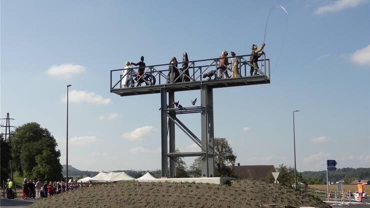 Der Kreisel in Tägerig mit Eisenkonstruktion und Holzfiguren: Erinnerung an den alten Reussübergang im Gnadenthal, gebaut aus alten Brückenteilen. CHR