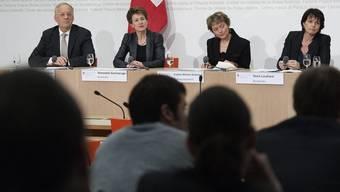 Johann Schneider-Ammann, Simonetta Sommaruga, Eveline Widmer-Schlumpf und Doris Leuthard nehmen zu den Abstimmungsergebnissen Stellung (v.l.n.r.)