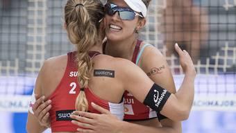 Wie im Bild am World-Tour-Turnier in Gstaad können sich Nina Betschart (links) und Tanja Hüberli auch an der EM in den Niederlanden freuen: Gruppensieg und Achtelfinal-Einzug