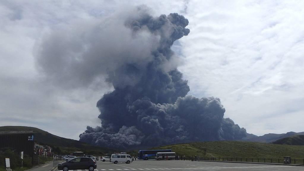 Eine riesige Rauchsäule über dem Vulkan Aso.
