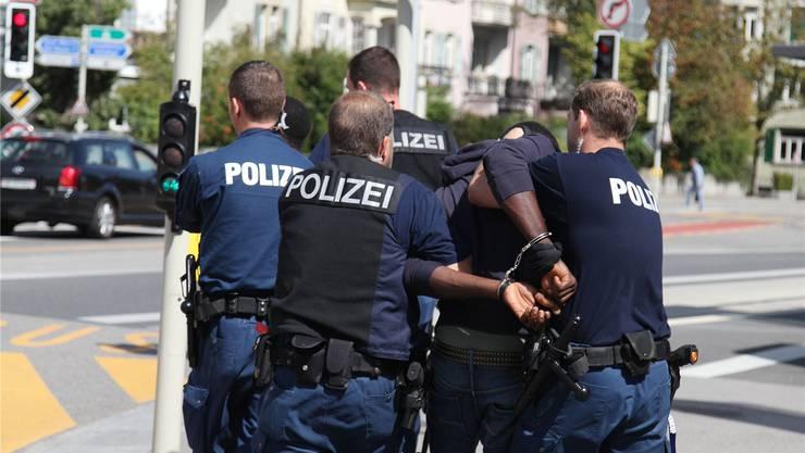Ganze 24 mutmassliche Straftäter wurden von der Polizei festgenommen. (Symbolbild)