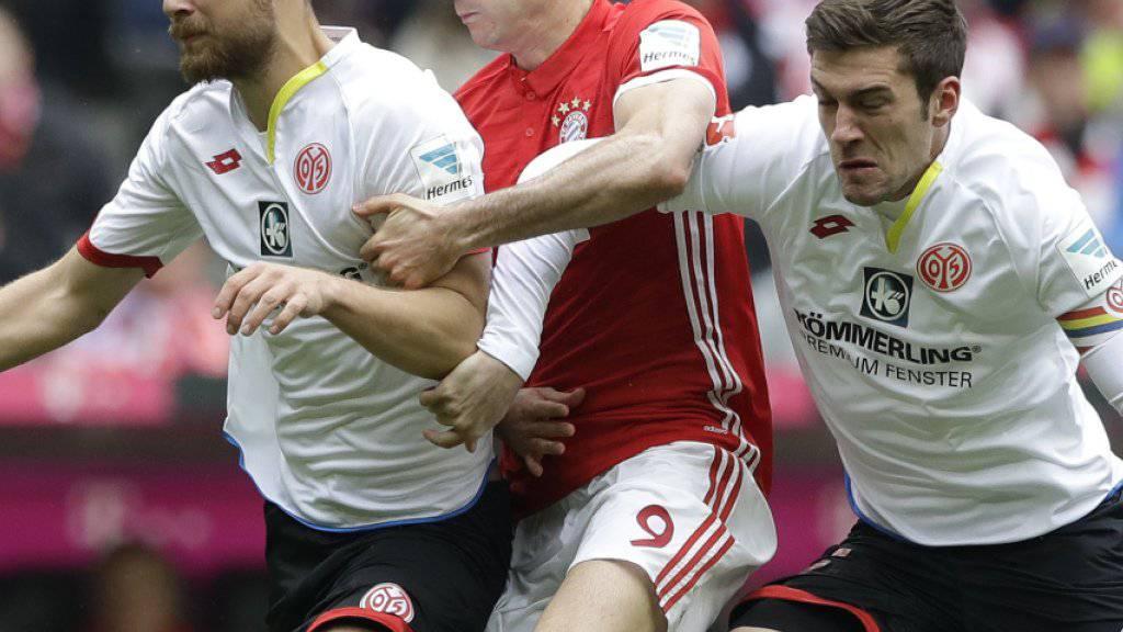 Robert Lewandowski (Mitte) und die Bayern von Mainz gefordert