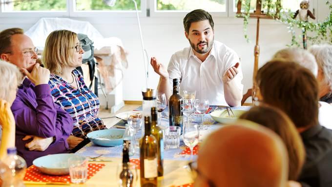 Der SP-Ständeratskandidat Cédric Wermuth diskutiert in einer Zofinger Stube mit potenziellen Wählerinnen und Wählern. André Albrecht