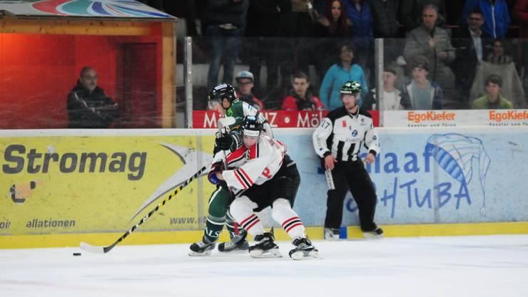 Stuermer Cedric Schneuwly #12 (Olten)(h.) im Kampf um den Puck gegen Visps Stuermer Martin Alihodzic #28 (Visp) (v.), beim Eishockey Meisterschaftsspiel der National League B zwischen dem EHC Visp und dem EHC Olten  in der Litterna-Halle in Visp.