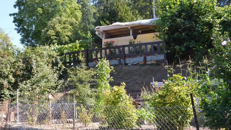 Eine Baracke darf nicht ohne Bewilligung auf einem Schrebergarten gebaut werden (ZVG).