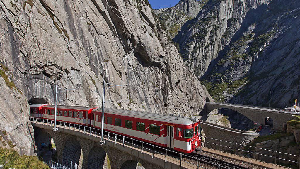 Die Bahnen der BVZ waren im ersten Halbjahr auf der Gewinnschiene unterwegs. Im Bild die Matterhorn Gotthardbahn auf der Teufelsbrücke im Kanton Uri. (Archivbild)