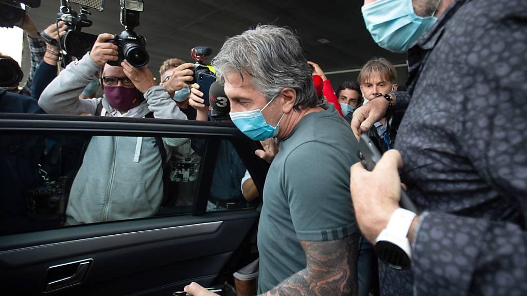 Jorge Messi wird bei seiner Ankunft am Flughafen von Barcelona von Medien und Fans belagert