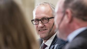 Der CVP-Bundesratskandidat Peter Hegglin beantwortet eine auf Englisch gestellte Frage am CVP-Podium in Bern auf Deutsch. Mit der Übersetzung ist er danach überfordert.