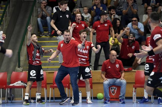 Mit Leib und Seele dabei: HSC-Trainer Misha Kaufmann (M.) während einer Partie seines Teams.