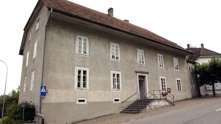 Im alten Schulhaus sollte die Wohnbaugenossenschaft unterkommen.