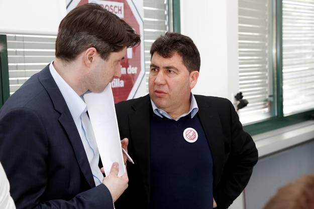Alexander Jahn (Persolnalleiter Scintilla) im Gespräch mit Jesus Fernandez (UNIA)