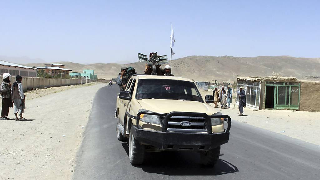 Taliban-Kämpfer patrouillieren in der Stadt Ghazni südwestlich von Kabul, Afghanistan. Die Menschenrechtsorganisation Amnesty International veröffentlichte am Freitag einen Bericht, in dem sie die Taliban für ein Massaker an der Hazara-Minderheit Anfang Juni verantwortlich macht. Foto: Gulabuddin Amiri/AP/dpa