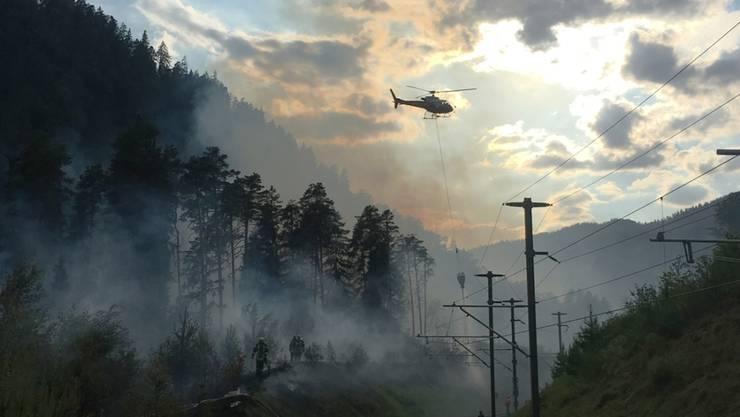 Rauchschwaden ziehen durch ein Naturschutzgebiet in der Vorderrheinschlucht. Ein Wiesen- und Buschbrand führte zu aufwendigen Löscharbeiten im unzugänglichen Gebiet.