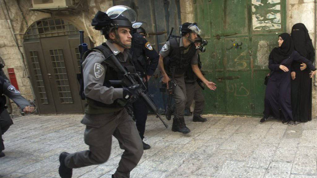 Israelische Polizisten rennen am Montag zum Eingang der Al-Aksa-Moschee in der Altstadt von Jerusalem. (Archiv)
