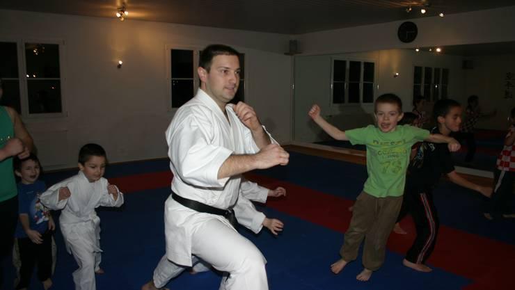 Spielerisch und doch ernst: Jure Batur instruiert Kinder. (Bild Werner Schneiter)