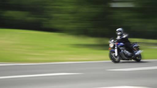 Motorradfahrer überholt Polizei mit 90 Sachen – und merkt es nicht mal