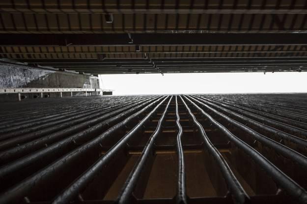 Blick nach oben zwischen Wehr und Gitter