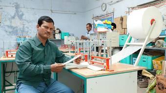 Der indische Unternehmer Arunachalam Muruganantham wollte helfen und entwickelte eine Maschine, die günstige Damenbinden herstellt.