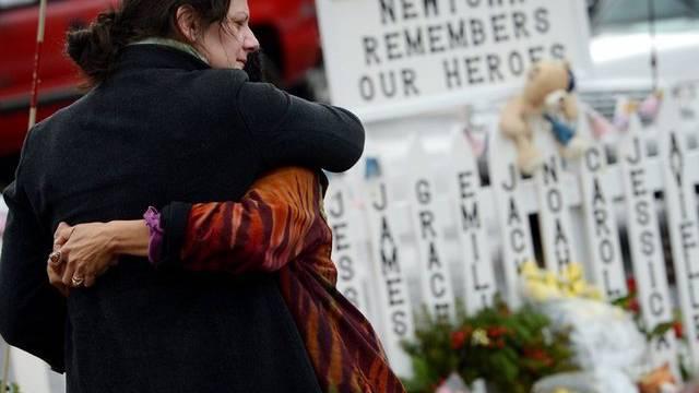 Zwei Frauen trauern um die Opfer des Amoklaufs (Archiv)