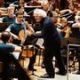 Chefdirigent Simon Rattle (Mitte) verabschiedete sich am Sonntag mit seinem letzten Auftritt bei den Berliner Philharmonikern. (Archivbild)