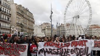 Einwohner und Verbände haben am Samstag der Opfer des Häusereinsturzes gedacht. Sie protestierten aber auch gegen die Wohnungspolitik der Stadt.