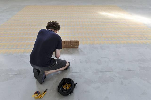 Der Künstler Jan Schmidt lässt aus den Holzspänen ein Kunstwerk entstehen