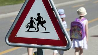 Die Kinder brauchen rund 20 Minuten für den Schulweg. (Symbolbild)