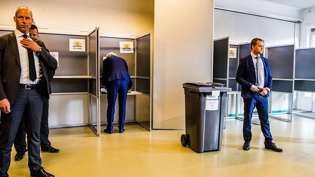 Wilders bei der Stimmabgabe, flankiert von vier Bodyguards: Wegen Morddrohungen gegen ihn steht der PVV-Chef seit Jahren unter Polizeischutz.