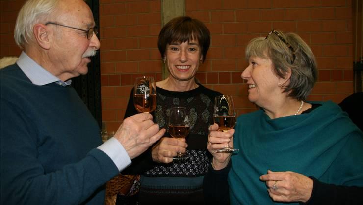 Roger und Sonja Kaysel stossen mit CVP-Nationalrätin Ruth Humbel (Mitte) an.