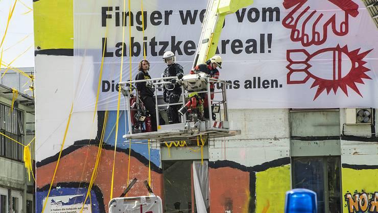 Auch die Besetzer auf dem Turm werden heruntergeholt und festgenommen.