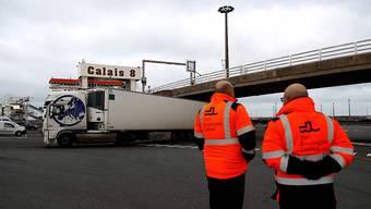 Lastwagen aus Großbritannien kommen nach dem vollständigen Bruch des Landes mit der EU im Hafen von Calais an. Foto: Sameer Al-Doumy/AFP/dpa