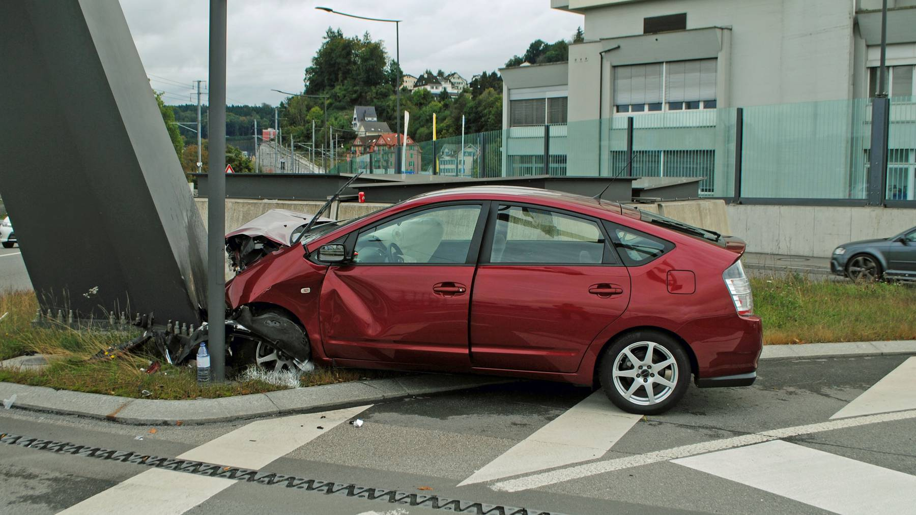 Auto prallt in Reussbühl frontal in Lichtsignalanlage.