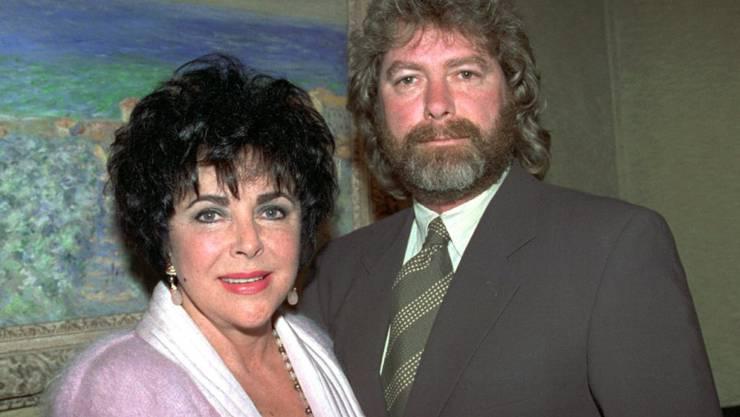 Elizabeth Taylors letzter Ex-Mann Larry Fortensky (r) ist vor einem Jahr gestorben, wie erst jetzt bekannt wurde. (Archivbild)
