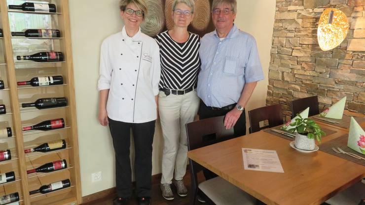 Wohlen, 14. Juli: Knapp 25 Jahre prägten sie das «Rössli», nun gehen Herbert und Madeleine Brun in Pension. Links: Küchenchefin Rita Camenzind.