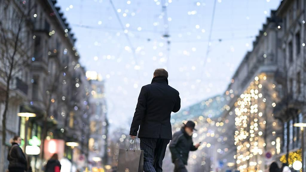 Trotz der Coronakrise geben die Konsumenten dieses Jahr viel Geld für Weihnachtsgeschenke aus - und begeben sich dafür in die Shops, wie hier an der Bahnhofstrasse. (Symbolbild)