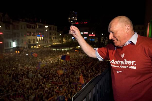 FCB-Legende Karli Odermatt prostet an der Meisterfeier 2008 den wartenden Fans zu.