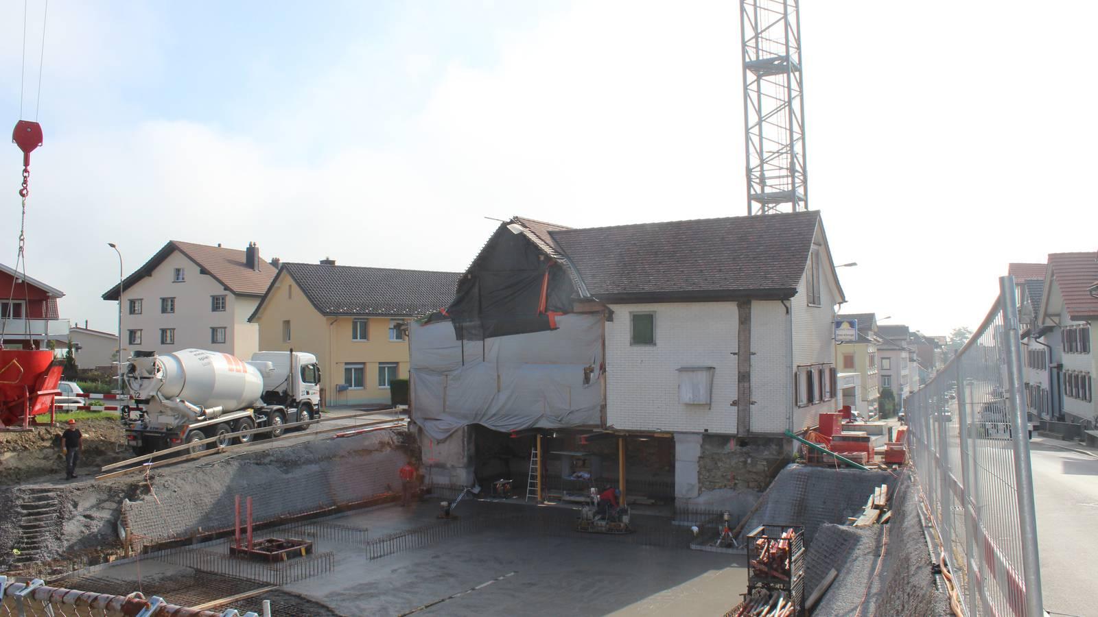 Es wird fleissig gebaut. Hier entsteht eine Wohnanlage für betreutes Wohnen. (© FM1Today)