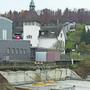 In unmittelbarer Nachbarschaft des Schulhauses mit dem Glockenturm realisiert ein Zuger eine Überbauung.