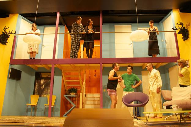 Aufwändige Bühnekonstruktion mit neun Türen und zwei Spielebenen