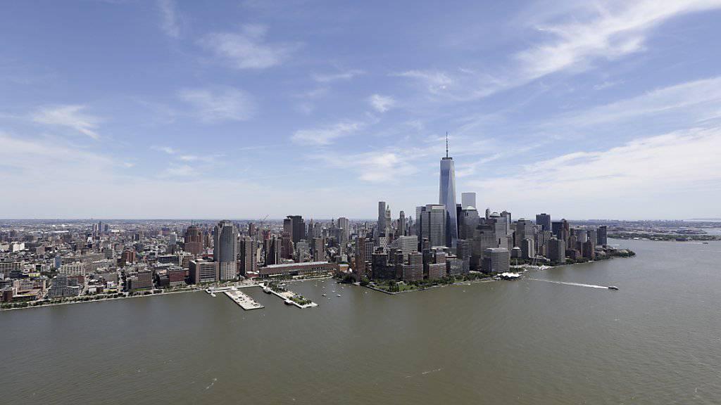 Blick auf den ans Meer grenzende New Yorker Stadtteil Manhattan (Archiv)