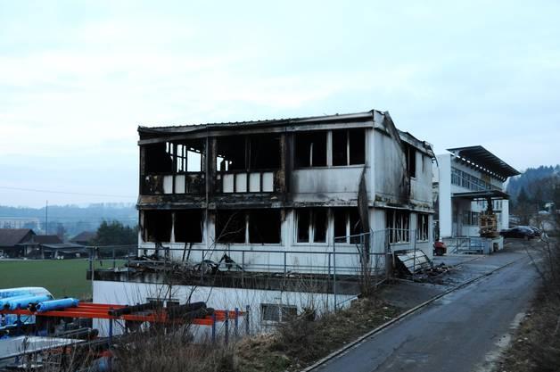 Die beiden Obergeschosse mit Werkstatt und Lager brannten vollständig aus.