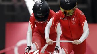 Das Schweizer Bob-Duo Sabina Hafner/Rahel Rebsamen beim Start im Eiskanal in Pyeongchang