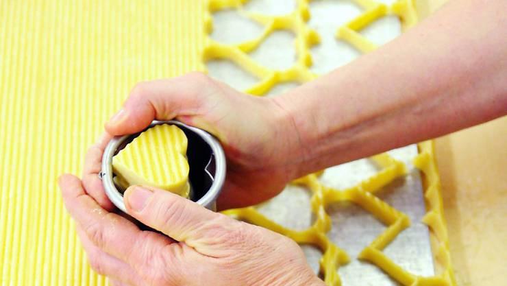 Ob industriell oder zu Hause im Backofen hergestellt: Mailänderli gehören zur Schweizer Weihnachtsguetzli-Tradition.