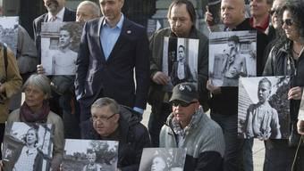 Ehemalige Verdingkinder und Opfer von fürsorgerischen Massnahmen posieren vor dem Bundeshaus. Sie erhalten nach dem Parlamentsbeschluss einen Solidaritätsbeitrag vom Bund. (Archivbild)