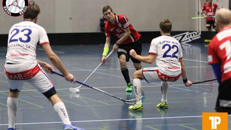 Nicolas Schwob (Nr. 13), Unihockey Basel Regio, beim Pass zu Mitspieler.