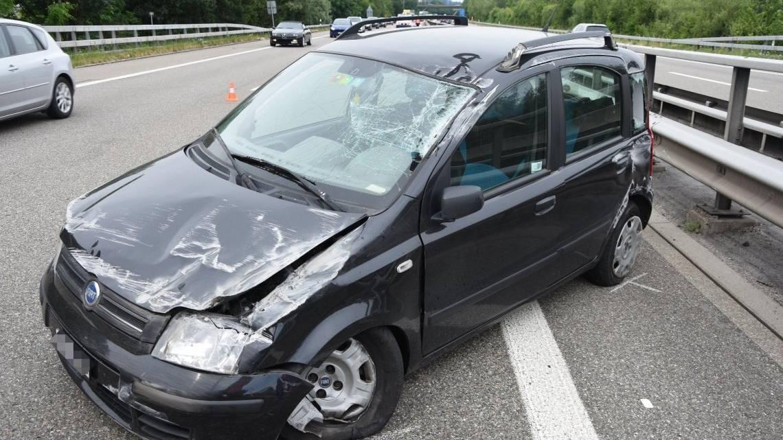 Das Auto überschlug sich und kam wieder auf den Rädern zum Stillstand.